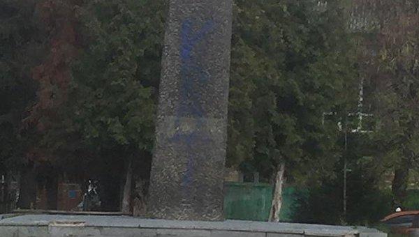 Оскверненный памятник генерал-полковнику Кирпоносу