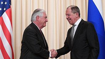 Министр иностранных дел РФ Сергей Лавров и Государственный секретарь США Рекс Тиллерсон (слева) во время совместной пресс-конференции по итогам переговоров в Москве
