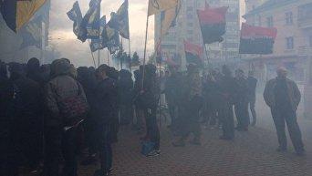 Дымовые шашки под стенами Сбербанка в Ровно