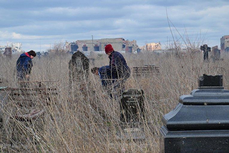 Разрушенное обстрелами донецкое кладбище