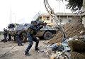 Один из членов иракской федеральной полиции стреляет из автоматов во время боев против Исламского Государства в западном Мосуле, Ирак.
