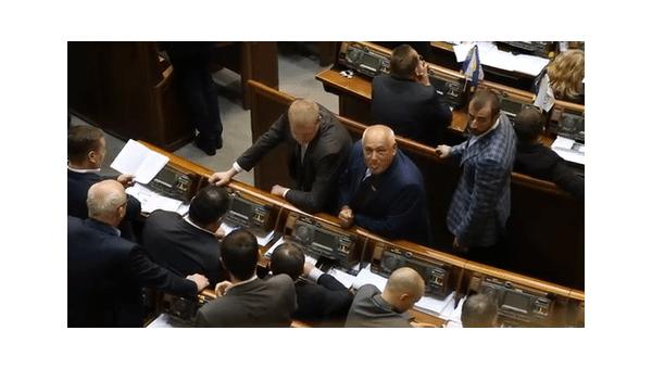 Народный депутат Андрей Река показывает язык журналистам в Верховной Раде