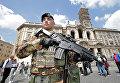 Солдат патрулирует территорию перед базиликой Святой Марии в Риме, Италия