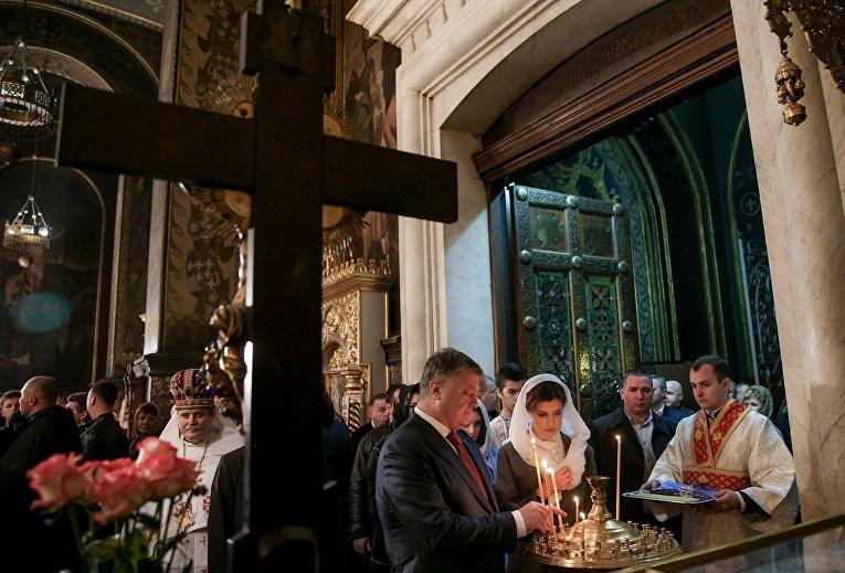 Петр Порошенко с семьей на Пасхальном богослужении во Владимирском соборе