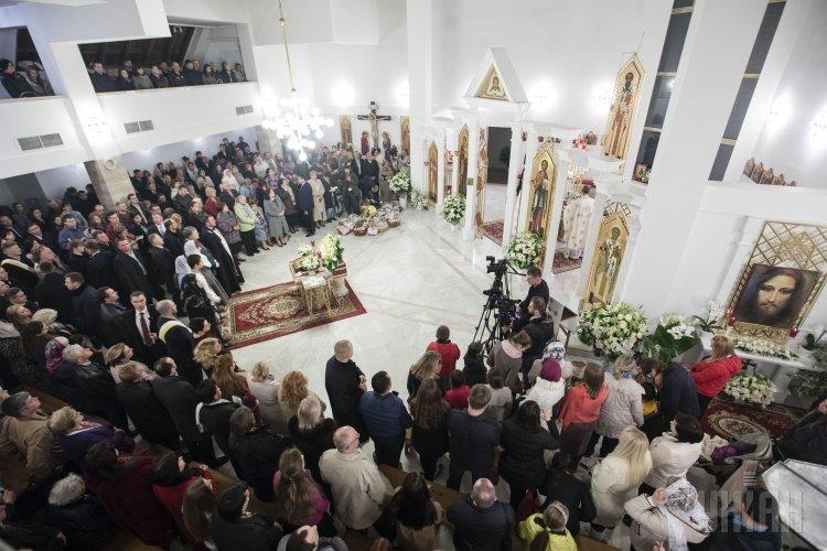 Президент Петр Порошенко вместе с семье посетил пасхальную службу в Монастыре Святого Василия Великого