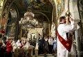 Президент Петр Порошенко вместе с семье посетил пасхальную службу во Владимирском соборе