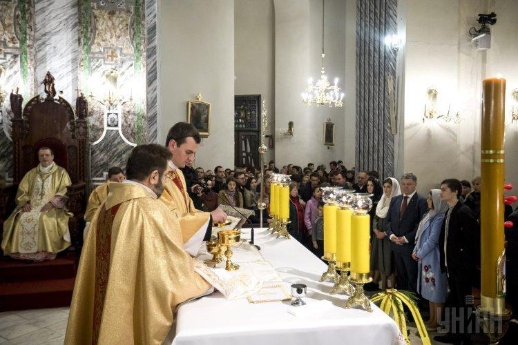 Президент Петр Порошенко вместе с семье посетил пасхальную службу в Александровском костеле