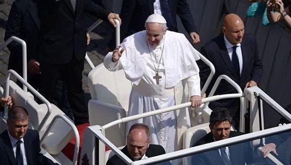 Папа Римский во время празднования Пасхи в Ватикане