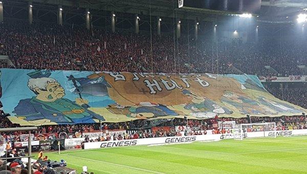 Болельщики Спартака во время матча потроллили Луческу огромным банером