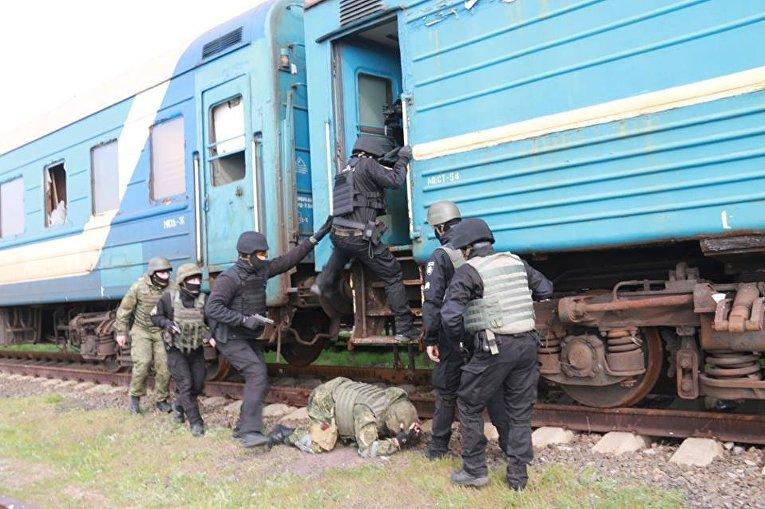 В Мариуполе спецназ освободил заложников в поезде