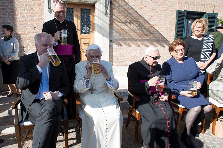 Папа Римский Бенедикт XVI отметил 90-летний юбилей кружкой пива и сосисками в компании гостей из Баварии. Бенедикт пил пиво в компании гостей, среди которых его старший брат монсеньор Георг Ратцингер, также пивший пиво.