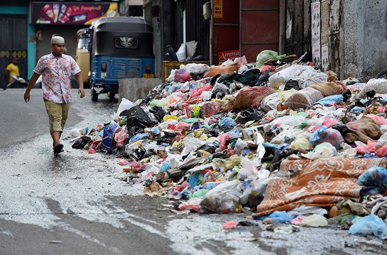 В результате обрушения мусорной свалки в столице Шри-Ланки погибли 20 человек. Гигантская свалка мусора загорелась и обрушилась на десятки жилищ в трущобах столицы Шри-Ланки Коломбо.
