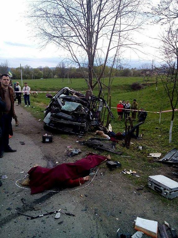 Между селами Мишин и Стопчатов Ивано-Франковской области легковой автомобиль Renault столкнулся с маршрутным автобусом Эталон, в результате инцидента погибли четыре человека.