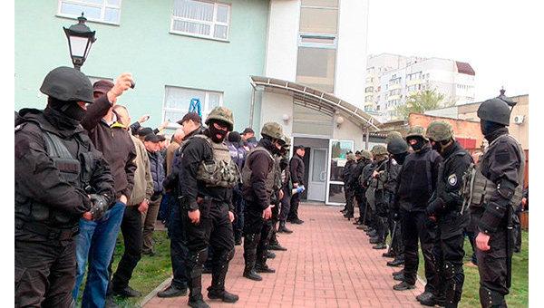 Полиция и вооруженные люди на Черкассыоблэнерго