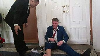 В Харькове лишенного мандата депутата выволокли из сессионного зала