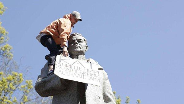 Нацкорпус у памятника Ватутину в Киеве