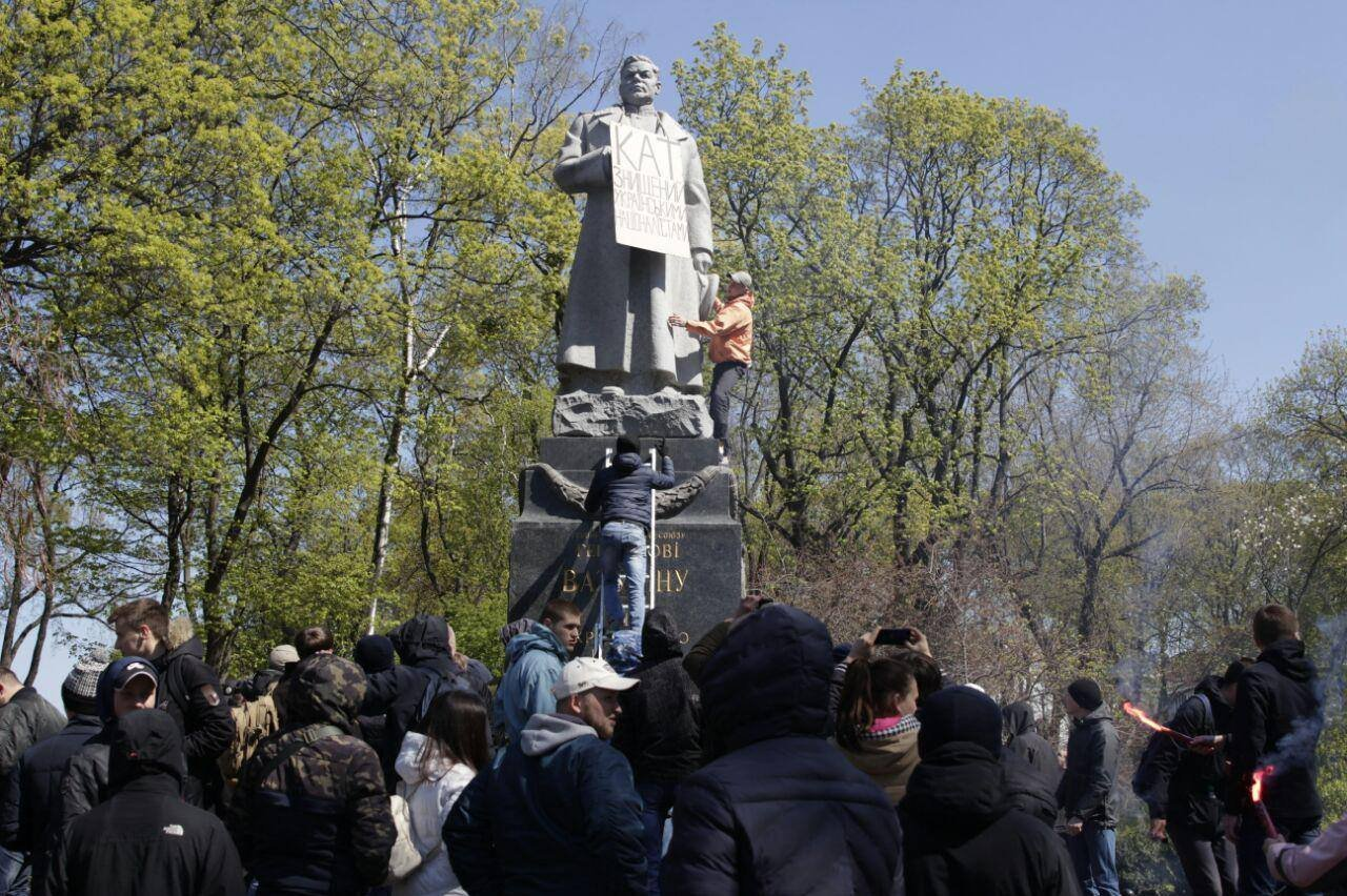 Активисты «Нацкорпуса» повесили на монумент Ватутину вКиеве табличку «Палач»