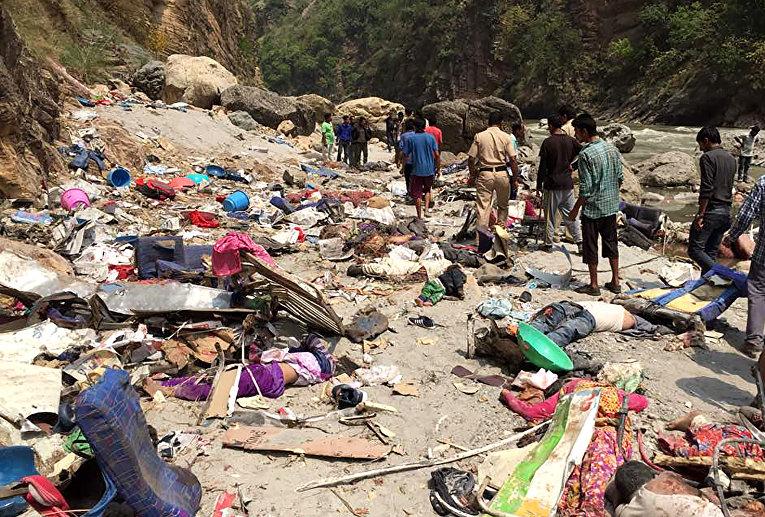 По меньшей мере 44 человека погибли в результате аварии с автобусом в реку в индийском штате Химачал-Прадеш на севере страны. Инцидент произошел в среду в округе Шимла. Автобус вылетел в реку Тонс, основной приток Ямуны.