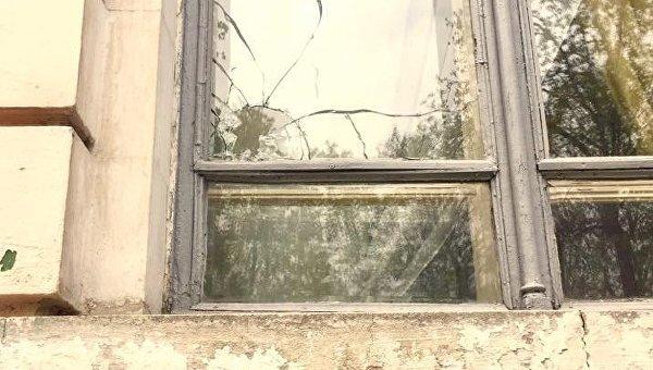 Разбитое окно в Институте нацпамяти в Киеве