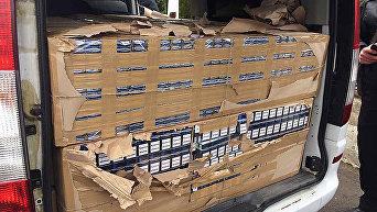 На Закарпатье задержали микроавтобус дипломата с сигаретами