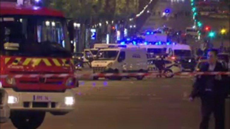 На месте стрельбы в центре Парижа 20 апреля 2017