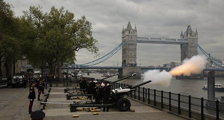 Cалют из орудий на фоне Тауэрского моста в Лондоне в день рождения королевы Великобритании Елизавете II