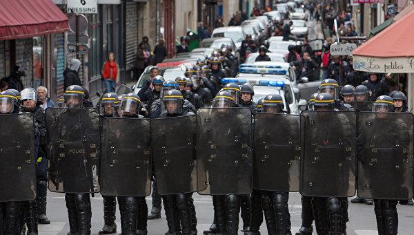 Вцентре Парижа начались беспорядки сфаерами идымовыми шашками