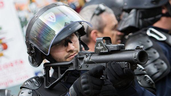 Полицейский в Париже. Архивное фото