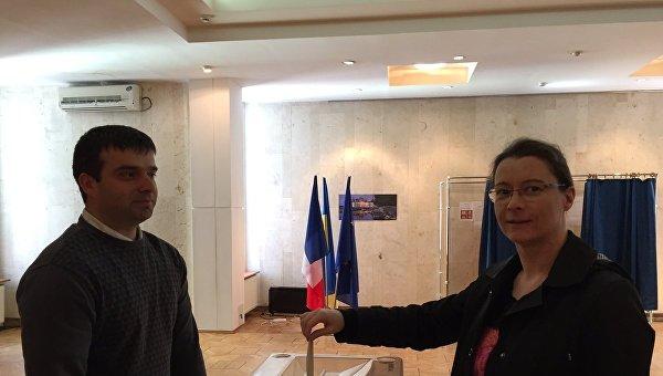 Посол Франции в Украине Изабель Дюмон голосует на выборах президента