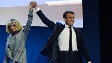 Кандидат в президенты Франции, лидер движения En Marche Эммануэль Макрон с супругой Бриджит