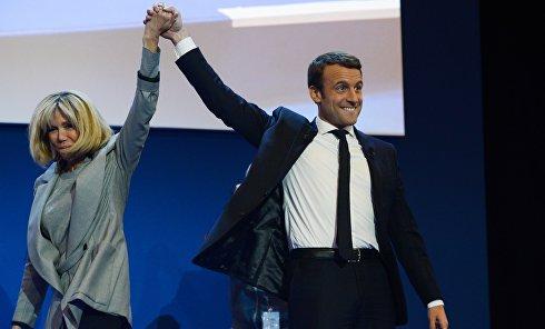 """Кандидат в президенты Франции, лидер движения """"En Marche"""" Эммануэль Макрон с супругой Бриджит"""