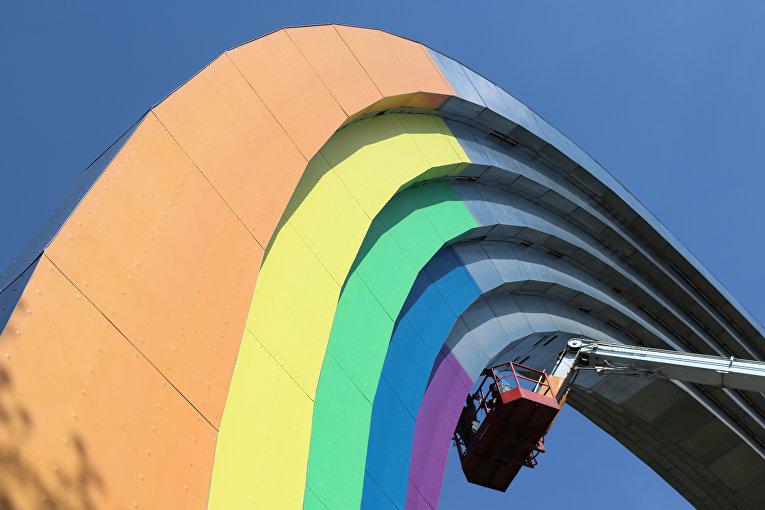 В Киеве Арку Дружбы народов покрасили в цвета ЛГБТ