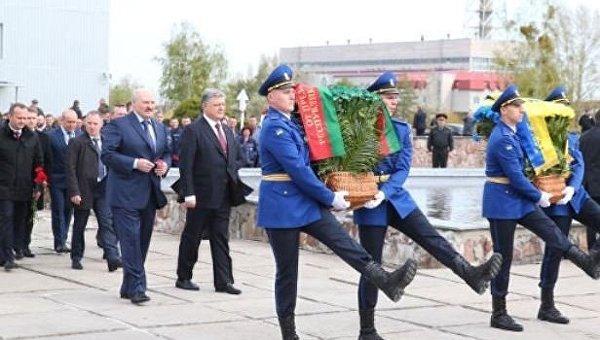 Президенты  Петр Порошенко и Александр Лукашенко во время возложения цветов