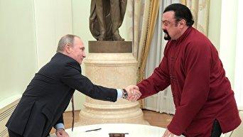 Президент РФ В. Путин встретился с американским актером С. Сигалом. Архивное фото