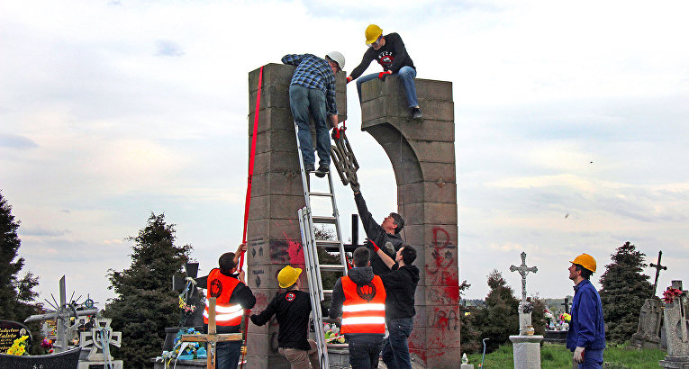 Реакция Украины наразрушение монумента солдатам УПА