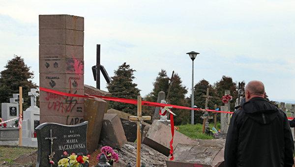 Разбор памятника УПА на кладбище в польском селе Грушовичи