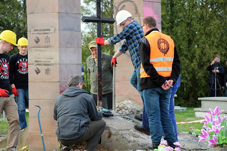 Власти Польши снесли монумент УПА— Лёд тронулся