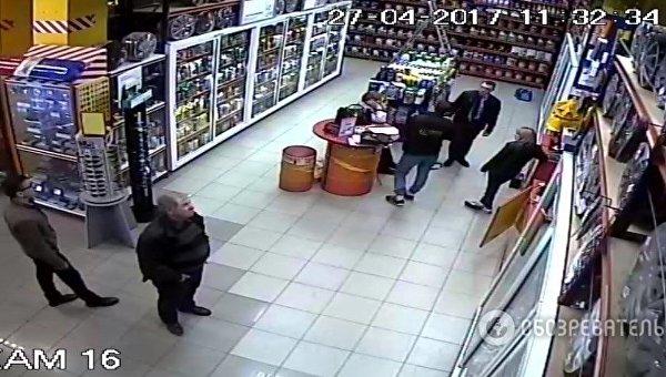 Проникновение неизвестных в магазин сети База Автозвука в Киеве, 27 апреля 2017 года