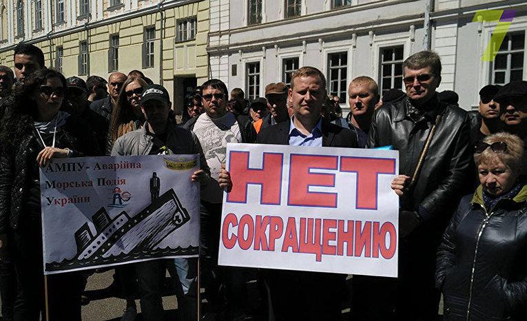 В Одессе портовики митингуют против сокращения
