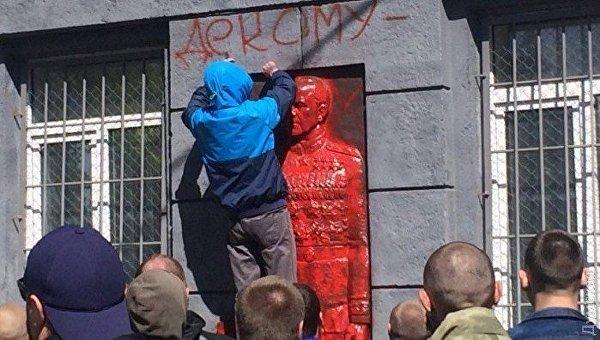 Активисты облили краской мемориальную доску Жукова в Одессе
