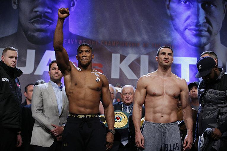 Состоялась церемония взвешивания накануне боя Владимир Кличко – Энтони Джошуа. Украинец оказался легче своего оппонента, показав вес 108,8 килограмм, а его оппонент – 114 килограмм.