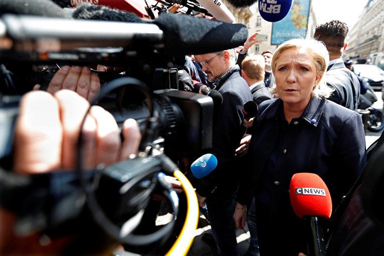 Лидер Национального фронта Марин Ле Пен прибывает в свою резиденцию в Париже.