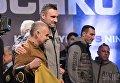 Украинский боксер Владимир Кличко с братом Виталием после процедуры взвешивания накануне боя между Владимиром Кличко и Энтони Джошуа, в Лондоне (Великобритания), 28 апреля 2017