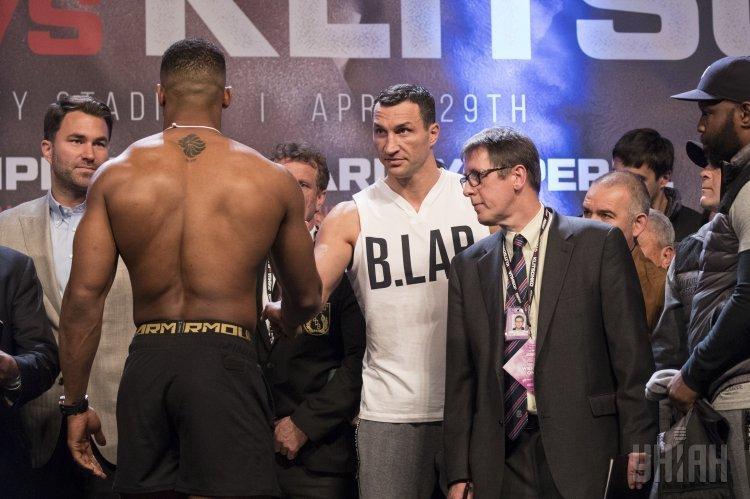 Чемпион мира по версии IBF в супертяжелом весе британец Энтони Джошуа и украинский боксер Владимир Кличко во время взвешивания накануне боя, в Лондоне (Великобритания), 28 апреля 2017