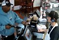 Интернет восхитился спокойствию кассира во время ограбления. Видео