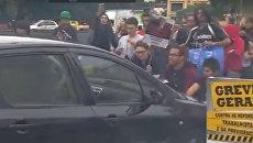 Автомобиль проехал по протестующим в Бразилии. Видео