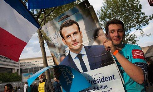 "Сторонник кандидата на пост президента Франции, лидера движения ""Вперёд!"" (En Marche) Эммануэля Макрон. Архивное фото"