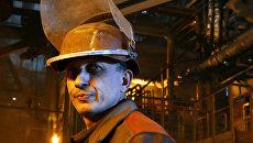Рабочий в цехе Енакиевского металлургического завода в Донецкой области. Архивное фото