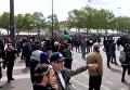 Первомай в Париже: полицию закидали бутылками с горючей смесью. Видео