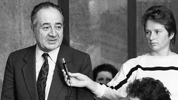 Советский писатель, председатель Мир - детям Мира Анатолий Алексин выступает на пресс-конференции школьников из СССР, США и Финляндии